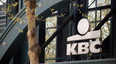 Logo na KBC junto do edifício da empresa