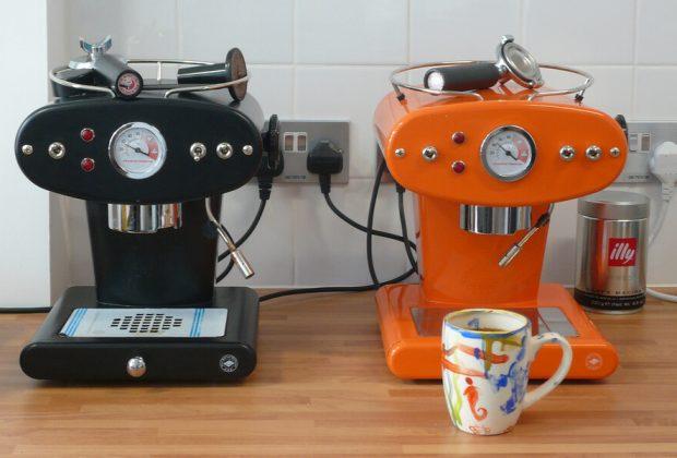 Duas máquinas de café expresso