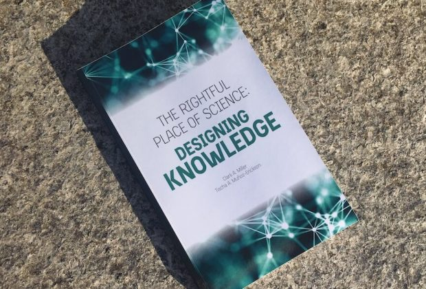 "Fotografia do livro ""Designing Knowledge"""