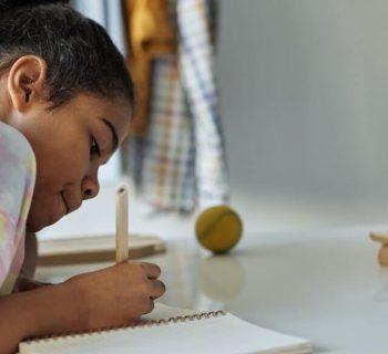 Menina - ensino em distância