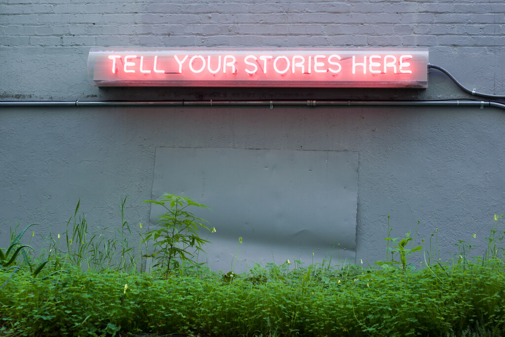 Tell Your Stories Here - Neon no exterior de um edifício