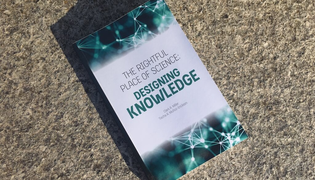 "Fotografia do livro ""Designing Knowledge"""